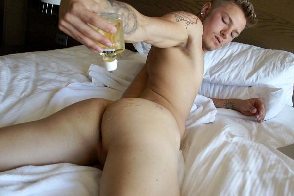 Homme se lubrifiant les fesses avec gel anal et lubrifiant gay