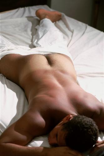 homme nu qui dort