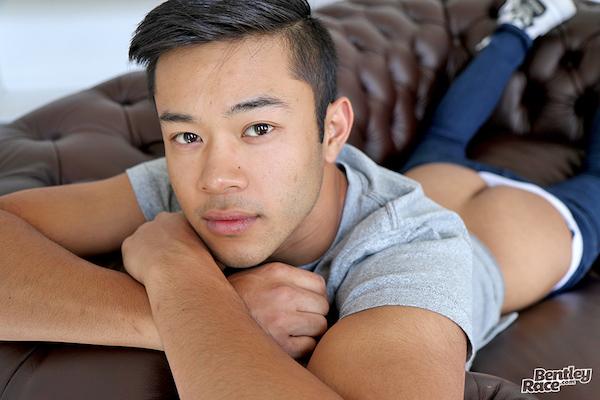 philippin en jean cul à l'air